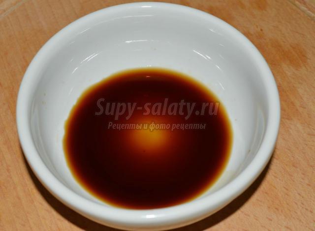 быстрые маринованные огурцы в соевом соусе и кунжуте