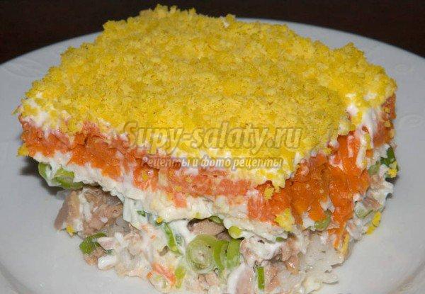 Салат мимоза с консервой и сыром