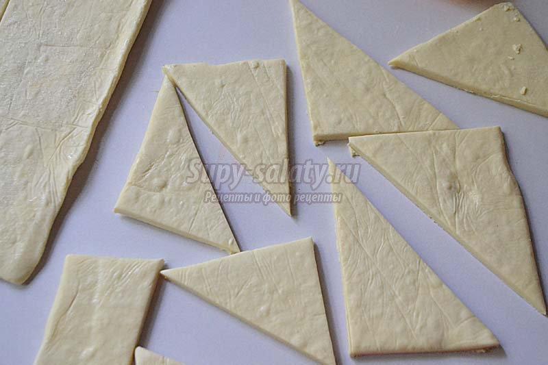 треугольники с сыром из слоеного теста