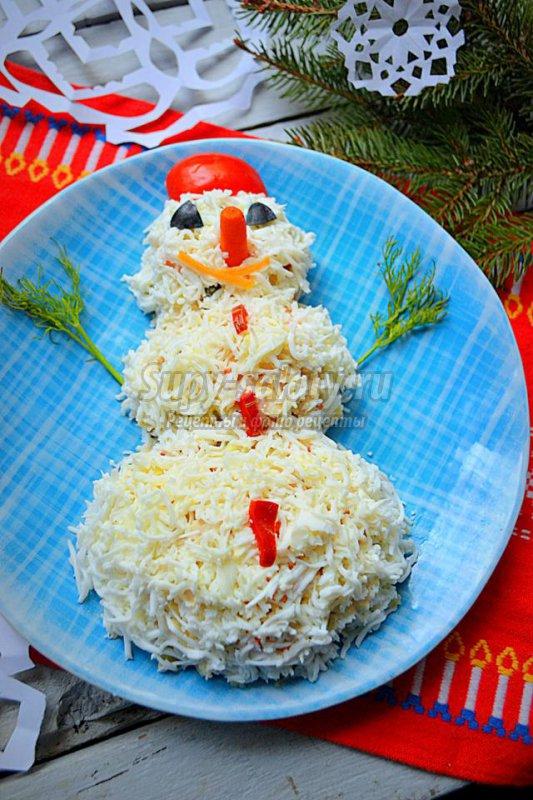 салат с курицей к Новому году. Снеговик