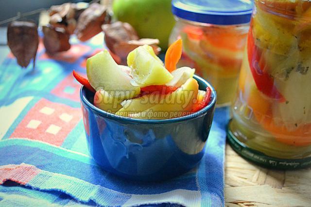 салат из зелёных помидоров, айвы и яблок на зиму