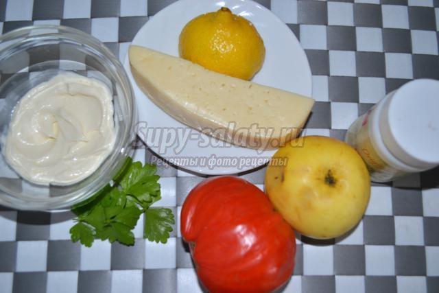 вегетарианский салат из помидоров с яблоками и сыром