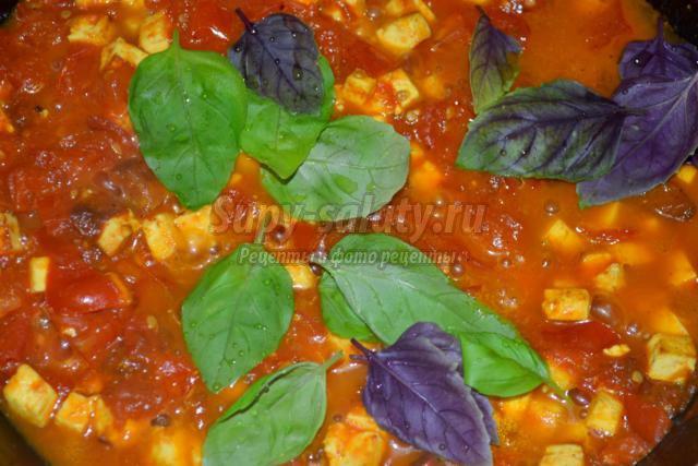 паста с соусом из томатов, панира и базилика