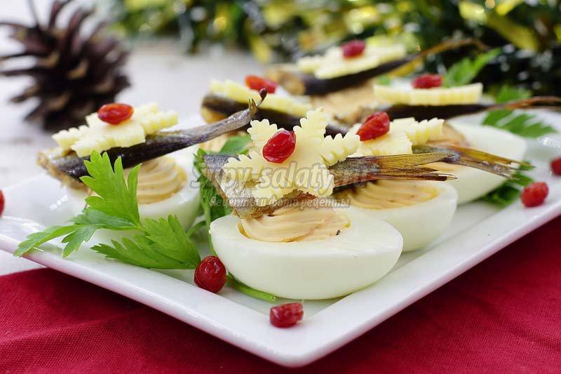 фаршированные яйца с консервированной рыбой
