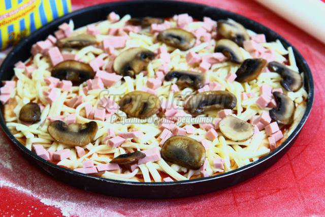 пицца с моцареллой и шампиньонами