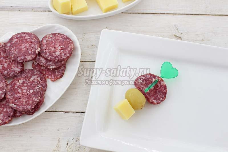 канапе с колбасой и виноградом