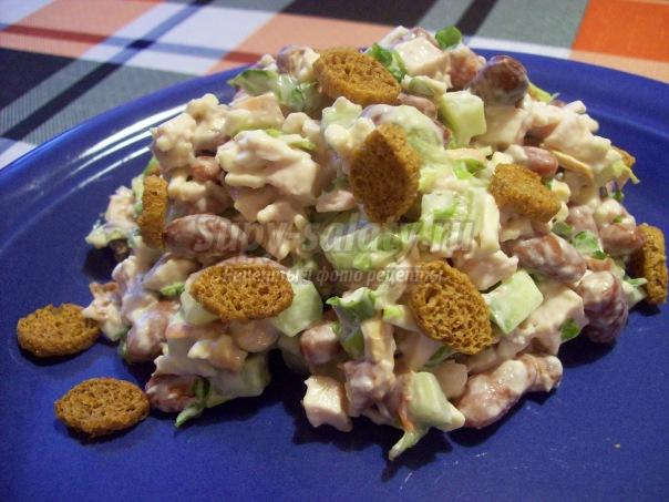Салат с чесноком - пикантно и вкусно.
