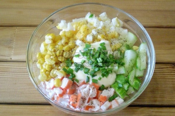 Салат крабовый с кукурузой и огурцом и яйцом рецепт с