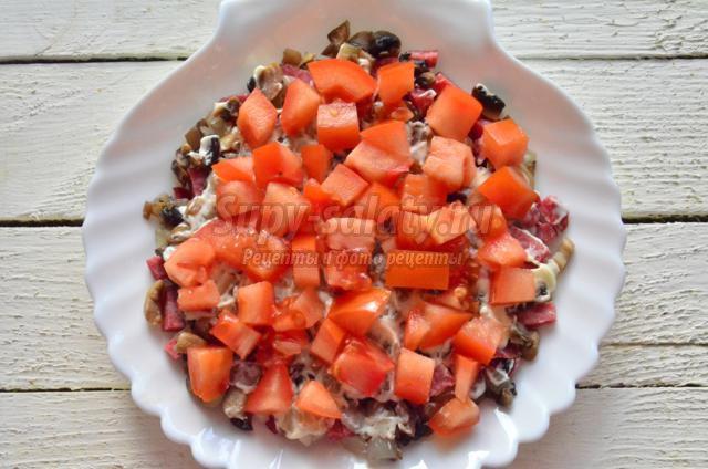 салат с копченой колбасой и грибами. Офелия