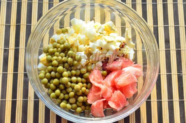 салат с салями в грейпфруте