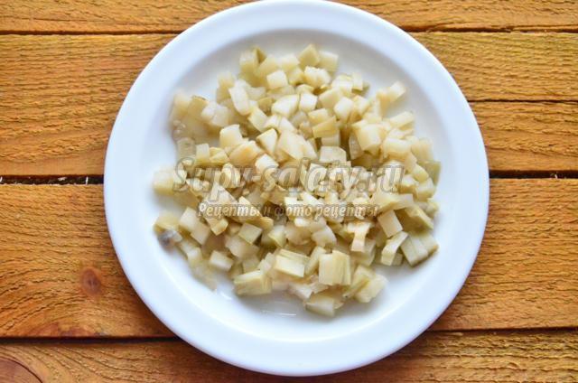 салат с курицей, маринованными кабачками и яблоком