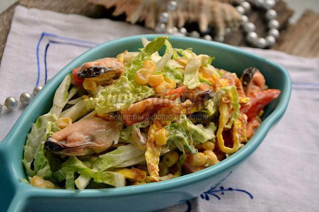 салат с мидиями и яичными блинчиками