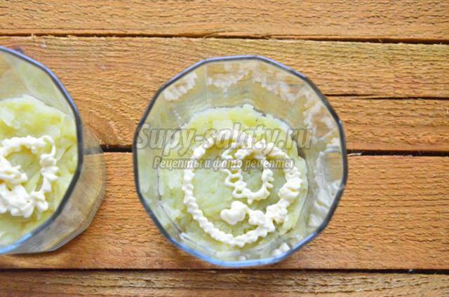 салат со скумбрией и яблоком в бокале