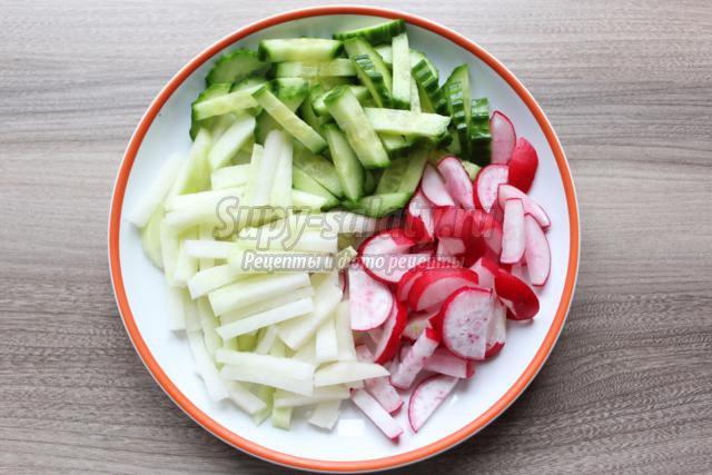 диетический салат с кольраби и редисом
