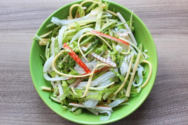 Салат с фунчоза и крабовые палочки
