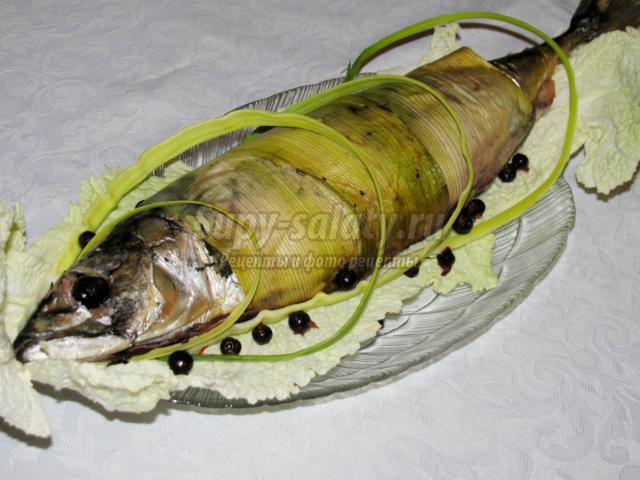 скумбрия, запеченная с черной смородиной и зеленью