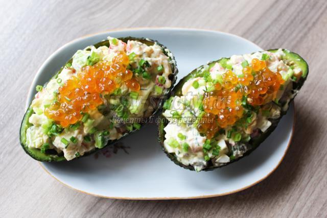 салат из авокадо с крабовыми палочками и каперсами