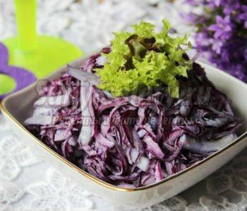 салат из краснокочанной капусты с кальмарами