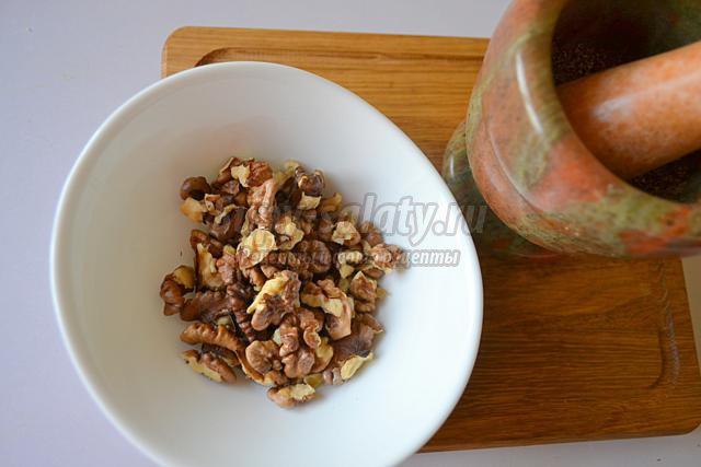 постный салат из чёрной фасоли и орехов