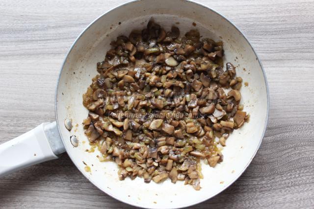 сосиски с грибами в слоеном тесте