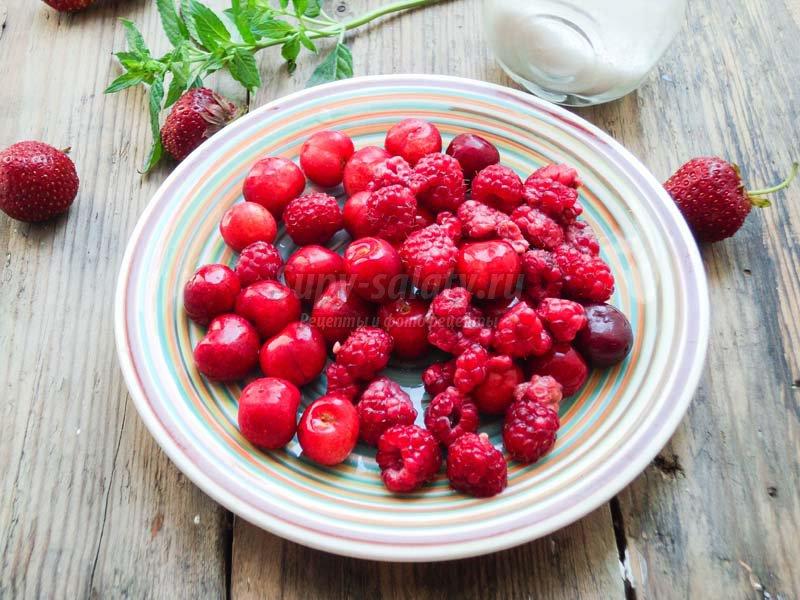 компот из клубники, черешни и малины