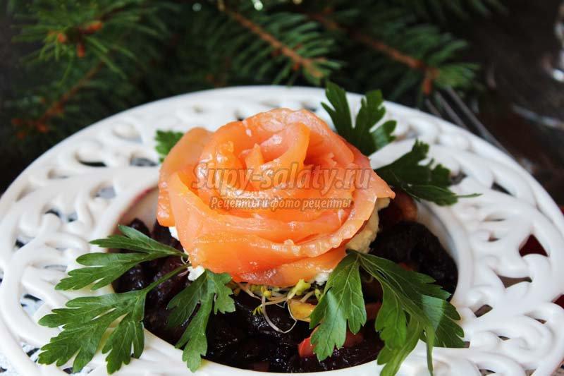 салат с красной рыбой и свеклой