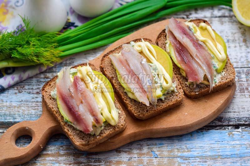 бутерброды с салакой и яблоком