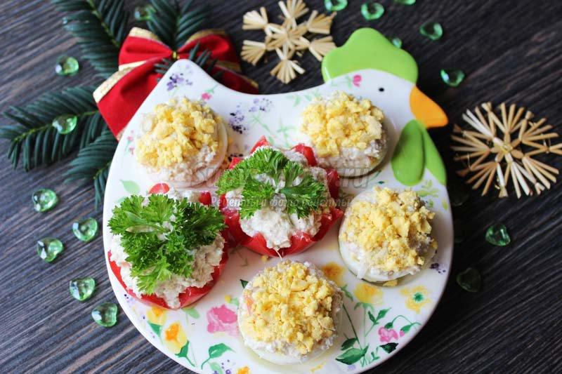 закуска из фаршированных яиц и помидоров