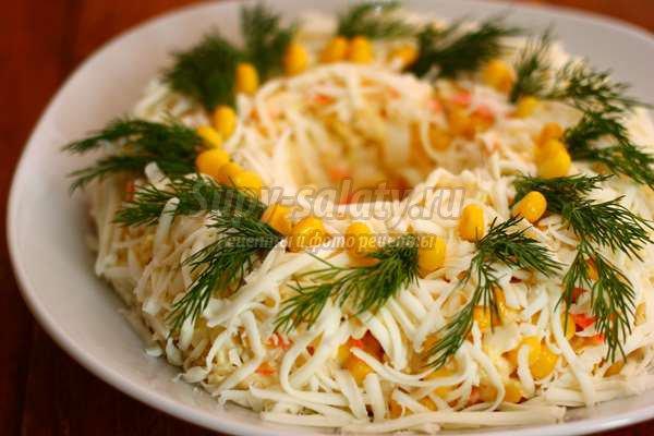 салат с кукурузой и моцареллой на Новый год